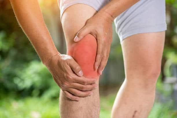 Homme souffrant d'arthrose du genou