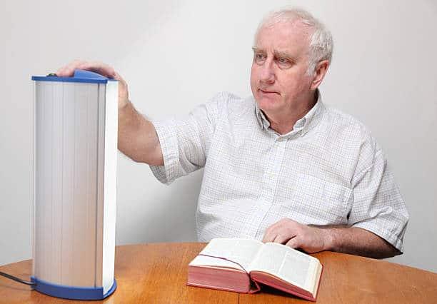 Personne âgée pendant une séance de luminothérapie